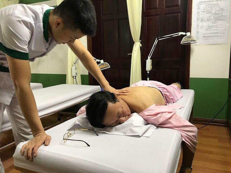 NS Phú Thăng khi đang trị liệu