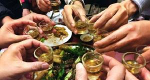Hàng triệu người Việt vẫn vô tư uống bia rượu dù biết rõ tác hại của loại đồ uống này với cơ thể