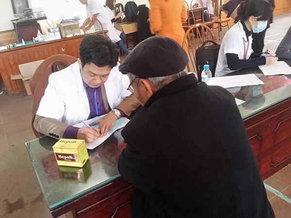 Lương y Đỗ Minh Tuấn nhiệt tình tư vấn cho người bệnh trong khuôn khổ của chương trình