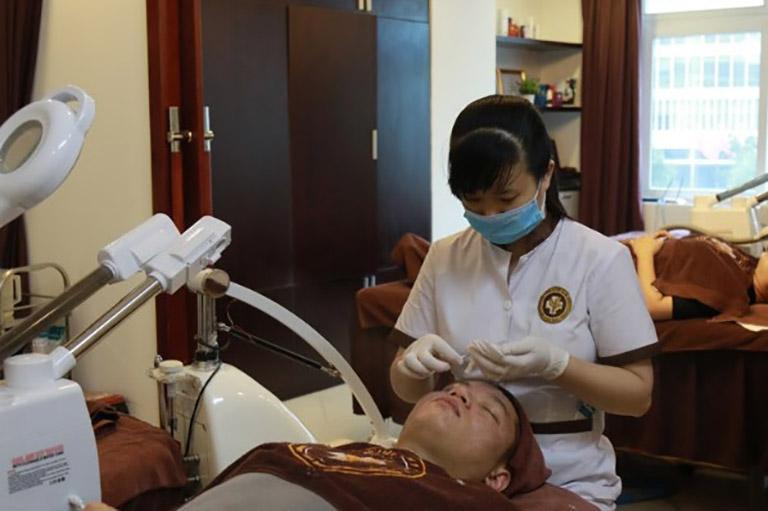 Ngoài điều trị, Trung tâm còn kết hợp dịch vụ chăm sóc da với kỹ thuật hiện đại để chăm sóc làn da sau phục hồi