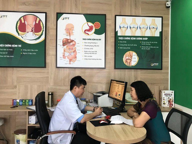 Bác sĩ hỏi han, trao đổi bệnh tình và bắt mạch để đưa ra phác đồ điều trị phù hợp