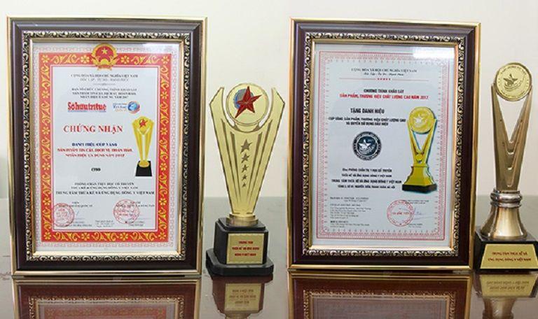 Trung tâm Phụ Khoa Đông y nhận được Cup vinh danh là đơn vị uy tín, chữa bệnh chất lượng