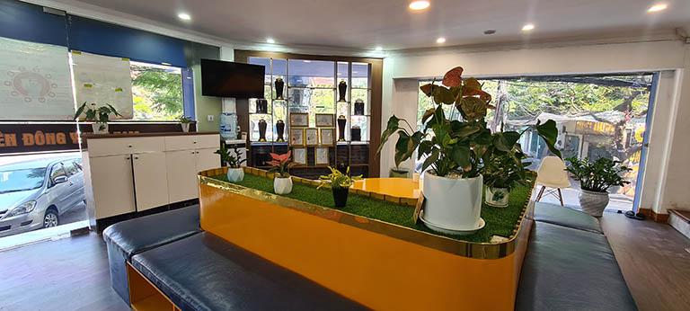 Phòng chờ của Phòng khám Đông y Việt Nam khá rộng rãi, sạch sẽ và tiện nghi, trong lúc chờ tới lượt, người bệnh được phục vụ trà nước, đồ ăn nhẹ